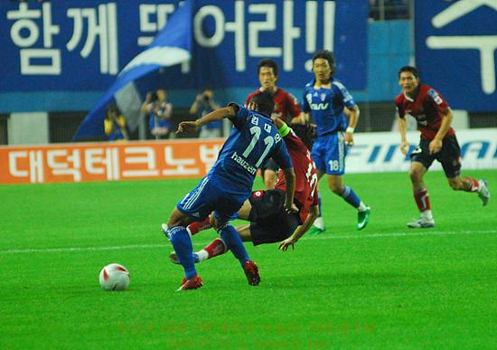 고종수 선수 제 기량을 찾아가는 고종수 선수가 온 몸을 날리는 태클로 김대의 선수의 드리볼을 막는다