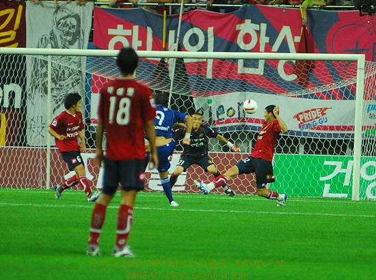 김형일 선수 에두의 슛이 김형일 선수의 발에 맞아 굴절되어 골대를 맞춘다.