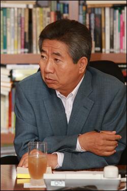 노무현 전 대통령이 지난 13일 봉하마을 사저를 방문한 국가기록원 관계자로부터 설명을 듣고 있다.