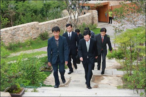 국가기록원 관계자들이 지난 13일 봉하마을을 방문해 노무현 전 대통령 사저에 들어서고 있다.