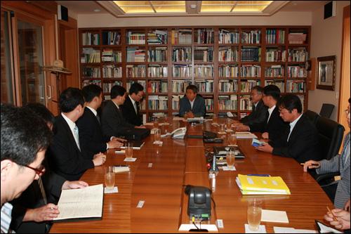 노무현 전 대통령이 지난 13일 봉하마을을 방문한 국가기록원 관계자들을 만나 이야기를 나누고 있다.