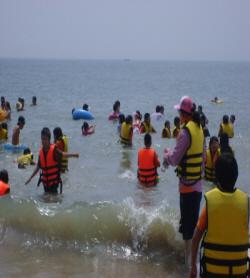 물놀이를 즐기는 학생들의 모습