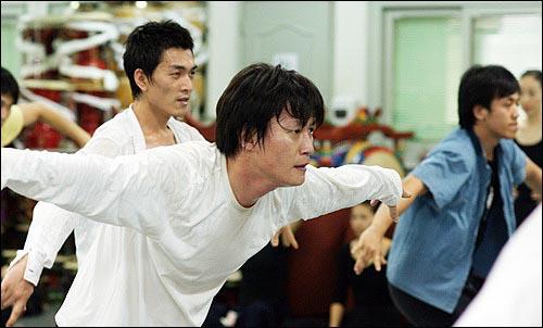 눈빛은 매섭게! 2008 베이징올림픽에 국내에서 유일하게 초청된 '국수호 디딤무용단' 단원들이 구슬땀을 흘리며 연습에 한창이다.
