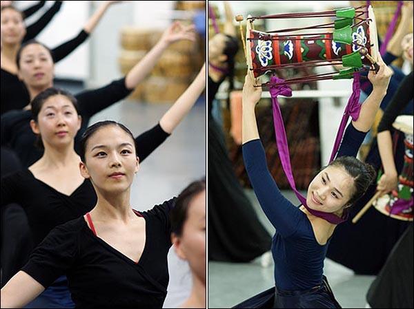 """천수관음처럼... """"좀 더 우아하게""""  2008 베이징올림픽에 국내에서 유일하게 초청된 '국수호 디딤무용단' 단원들이 일렬로 늘어서 '비천무(飛天舞)' 공연을 연습하고 있다. '비천무'는 천개의 손을 지닌 천수관음상을 본뜬 춤이다.(왼쪽 사진)  한 여자 무용수가 장구를 들고 우아한 몸짓을 뽐내고 있다. (오른쪽 사진)"""
