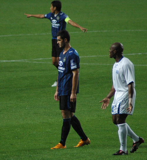 온두라스 간판 수비수 사무엘 카바예로(오른쪽)가 라돈치치를 따라다니고 있다. 앞에서 손짓하는 인천 선수는 주장 노종건.