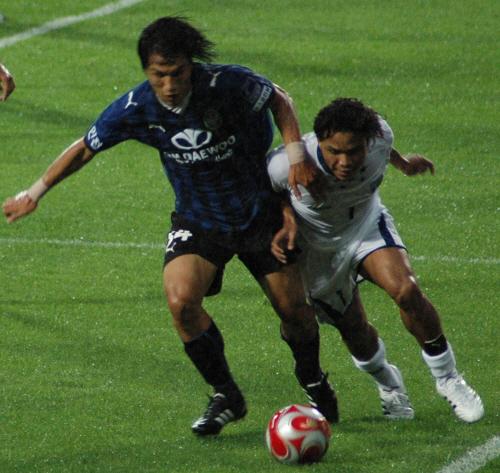 인천 MF 이준영의 공격 때, 적극적으로 끝줄까지 따라내려와 막고 있는 에밀 마르티네즈(오른쪽).
