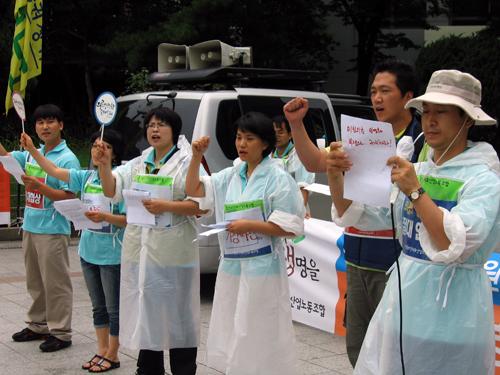 신문고 투쟁을 통해 보건복지가족부에 바라는 점을 크게 외치고 있다.