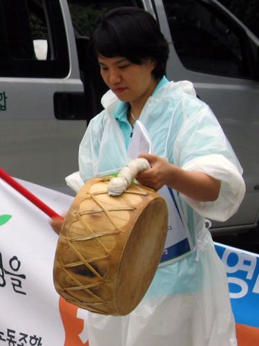 신문고 투쟁 때 북을 치고 있는 모습