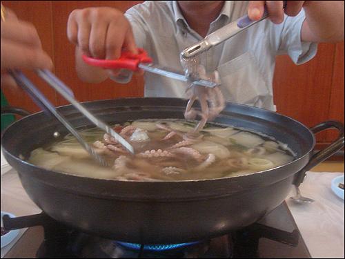 박속낙지탕 박속낙지탕은 질 좋은 세발낙지에 박 속과 여러 가지 채소, 조개 등으로 맛국물을 만들어 끓여낸 음식