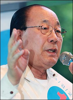 공정택 서울시교육감 후보가 28일 오후 서울 강남구 강남역 앞 거리유세에서 지역주민들에게 지지를 호소하고 있다.