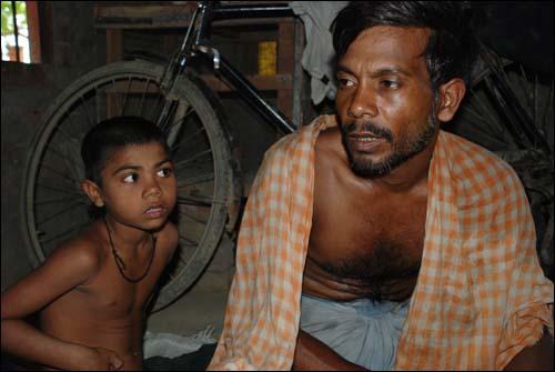 빠루씨와 그의 아들, 뒤에는 자전거 릭샤.