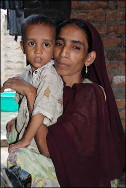 아내 아크흐타리와 영양 부족으로 고통스러워하는 막내아들.