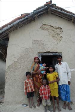 라자이씨네 진흙집과 가족들.