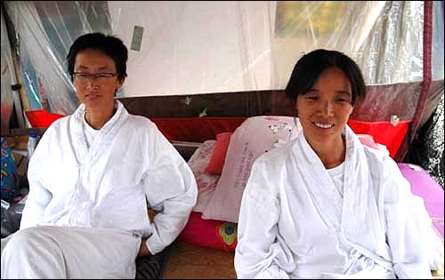 이들이다. 오늘로 단식농성 52일을 맞는 김소연(왼쪽), 유흥희씨