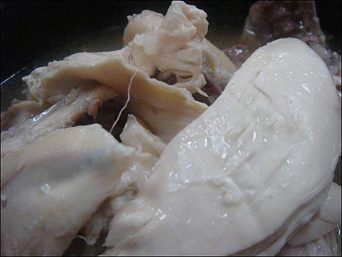 전복삼계탕 전복삼계탕은 조개류와 한약재 등으로 맛국물을 내야 국물 맛이 개운해지면서 고기도 부드러워진다