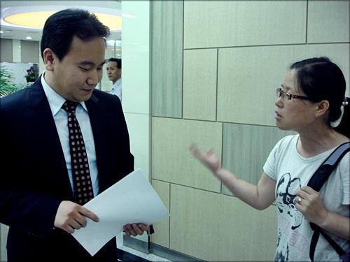 홍준표 한나라당 원내대표 의원실 관계자에게 항의하고 있는 기륭전자 오석순 분회장