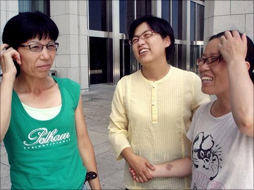 이정희 의원(가운데)과 기류노조 조합원들이 환담을 나누며 환하게 웃고 있다.