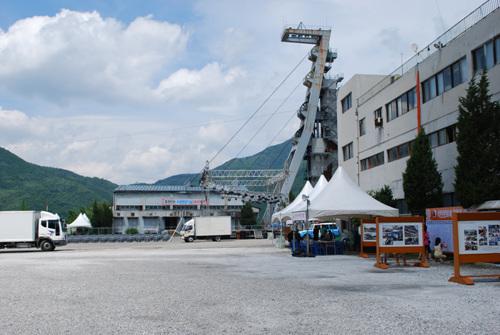 옛 동원탄좌 사북광업소 부지 이곳에서 지난 8월 1일부터 3일까지 사북석탄문화제가 열렸다. 오른쪽에 보이는 건물이 본관이고, 정면이 권양기, 오른쪽 높게 솟은게 이 지역의 상징인 수갱(shaft)이다