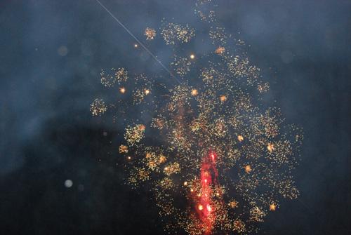 불꽃놀이 개막식에 이은 불꽃놀이. 어두운 하늘을 밝히는 불꽃처럼 탄광문화관광촌의 앞날을 기대해본다.