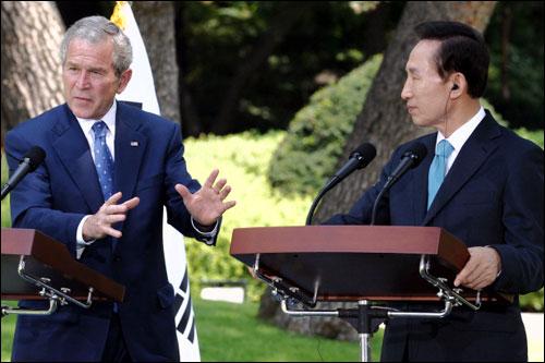 6일 오전 청와대 녹지원에서 열린 공동 기자회견에서 부시 미 대통령이 기자들의 질문에 대답하고 있다.
