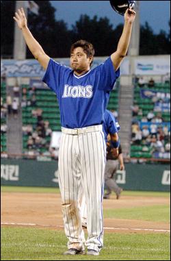 2000안타 양준혁은 13시즌이나 3할 이상을 쳤고, 그 엉성한 걸음으로 네 번이나 20-20을 했으며, 역사상 가장 많은 안타를 쳤고, 또 역사상 가장 많은 홈런을 때리게 될 것이다.