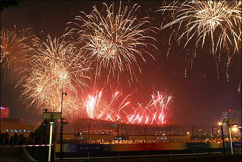2008 베이징올림픽 개막식이 열린 8일 저녁 주경기장인 궈자티위창에서 개막을 알리는 폭죽이 터지며 밤 하늘을 물들이고 있다.
