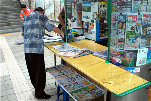 서울메트로 2호선 신촌역 승강장에 있는 신문 가판대. 권종호씨가 진열대 위에 신문을 내려놓고 있다.