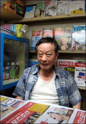 신촌역 승강장에서 가판대 일을 하는 권종호씨.