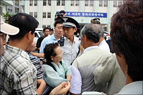 대책회의 관계자들과 전태일 열사의 어머니인 이소선 여사가 박석운 위원장 면회를 위해 종로경찰서로 들어가려고 하자 경찰들이 이를 막고 있다.