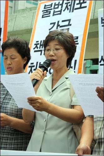 최순영 민노당 최고위원이 기자회견문을 낭독하고 있다.