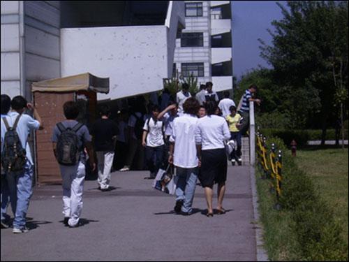 캠퍼스를 걷는 학생들. 대학생들마다 각 전공별로 다양한 '전공병'에 시달리고(?) 있다.