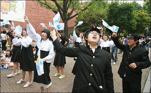 15일 오후 서울 대학로 마로니에 공원에서 열린 '광복63주년기념 8·15민족통일대회'에서 참가자들이 한반도기를 흔들며 광복절 퍼포먼스를 벌이고 있다.