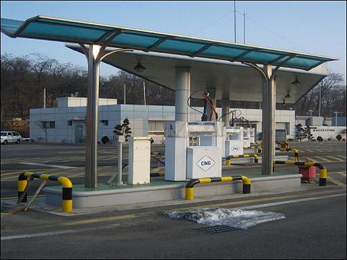 양천공영차고지 내 CNG 충전시설 양천공영차고지 내에 있는 CNG 충전시설. 양천공영차고지에는 총 4기의 CNG 충전시설이 건설되어 있다.