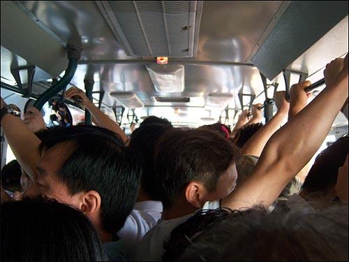 아침시각의 5412번 버스 내부 발디딜 틈 없이 가득 찬 5412번 버스 내부. 하지만 정상적인 운영을 할 수 없었던 5412번은 8월 1일 막차의 운행을 끝으로 과거노선으로 사라지게 된다.