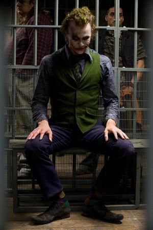 미치광이 살인마 조커 파괴와 살인으로 도시를 혼란으로 몰고가는 조커는 영화에서 당당하고 멋있게 그려지면서 혼란을 준다. 그가 벌이는 일과 매력지수는 별개가 아닌데도 따로 분리해서 생각하게 한다.