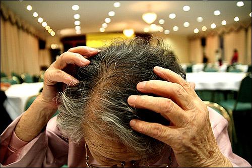 머리에 난 상처를 보여주시는 길원옥 할머니 끌려간 날 머리를 심하게 맞아 상처가 났다. 그때 13살이었다.