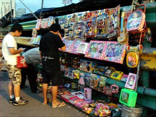 모란시장에서 장난감을 고르고 있는 사람들.