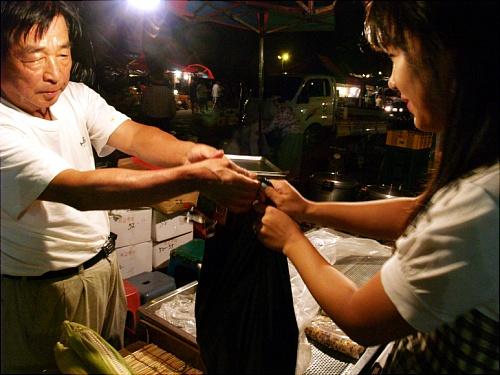 모란시장을 찾은 김에 우리도 옥수수 5000원 어치를 샀다. 옥수수를 건네받고 있는 편은지 인턴기자.