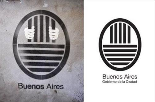 부에노스아이레스 주정부 로고(오른쪽)와 그것을 풍자한 스텐실. 스텐실 그룹 <캠 부에노스아이레스> 작품.