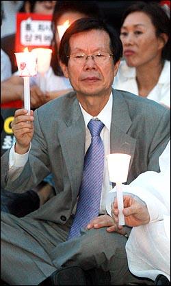 정동익 동아투위 위원장이 22일 저녁 여의도 KSB본관앞에서 열린 공영방송 사수 촛불집회에 참석하고 있다.
