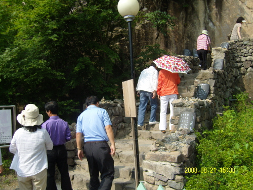 사성암 전각을 오르는 길 사성암엔 마당이 없다. 이런 작은 바윗길을 돌아서 전각을 찾아가고 부처님을 찾아간다.
