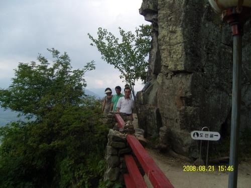 사성암의 기암괴석 사성암은 오산 꼭대기 기암괴석, 그  틈새에 자리잡고 있다.