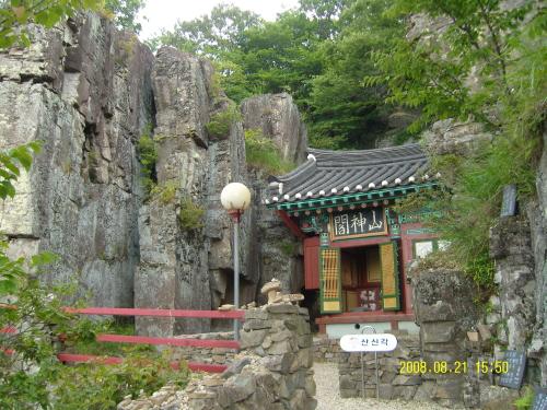산신각 기암괴석 절벽 사이에 자리 잡은 사성암 산신각