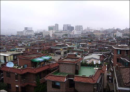 옥상에서 본 풍경. 비슷하게 생긴 집들이 빼곡하다. 저 많은 옥탑에서도 다들 열심히 살고 있겠지?