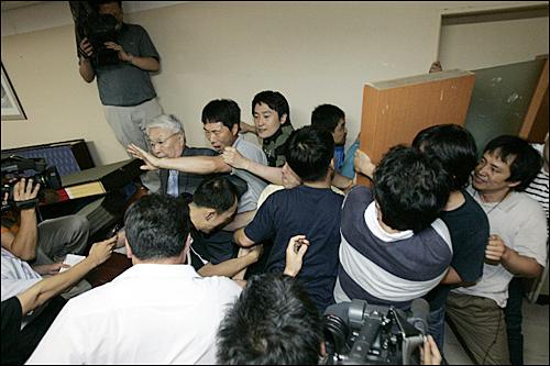 25일 오후 KBS사장 후보자 면접을 마친 뒤 여의도 KBS신관으로 통하는 지하식당의 통로(오른쪽 위)로 나가려는 유재천 이사장을 사원행동 직원들이 막아서고 있다.