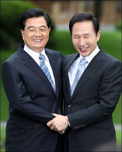 이명박 대통령과 후진타오(胡錦濤) 중국 국가주석이 25일 오후 청와대 녹지원에서 공동기자회견을 마친 뒤 포옹하고 있다.