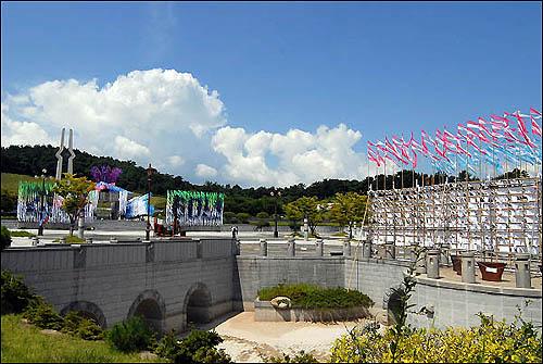 '꽃상여' 든 국립 5·18 민주묘지  묘역 한 가운데 이 설치예술제의 속뜻을 보여주는 '건국 60년'이라는 글자가 선명합니다.