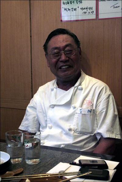 벽제갈비 조리부 실장으로 있는 김태원(78세) 장인