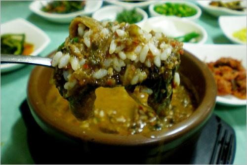 추어탕 추어(鰍魚)로 불리는 미꾸라지로 끓여낸 추어탕은 가을에 먹어야 제 맛이다.
