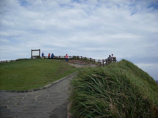 바람의 언덕 바람의 언걱길을 걷는 사람들...바람의 언덕에서 바다를 조망하고...